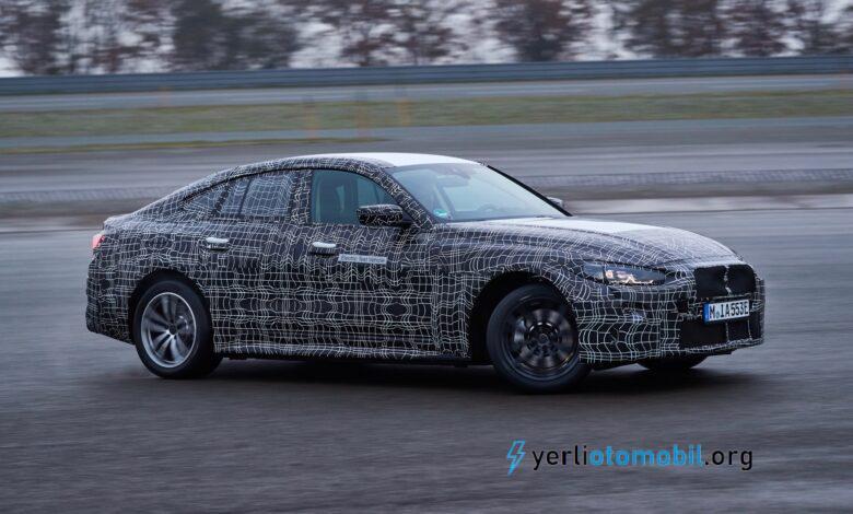 """BMW i4'ün boyut ve fiyat olarak Tesla Model 3 ile yakın bir eşleşme olması bekleniyor ve şimdi Alman otomobil üreticisi Tesla'yı kullanımda geçmeyi planladığını öne sürüyor gibi görünüyor. BMW, yaptığı basın açıklamasında, bu yılın sonlarında üretime başlaması planlanan i4 için yol tutuş performansının bir öncelik olduğunu söyledi. Proje yöneticisi David Alfredo Ferrufino Camacho yaptığı açıklamada, """"Tüm elektrikli araçlar hızlı düz hat hızlanma kapasitesine sahiptir"""" dedi. """"Ancak bu, BMW olarak bizim için yeterli değil."""" BMW, """"The Ultimate Driving Machine"""" sloganıyla tanınıyor ve otomobil üreticisinin yayınladığı kamuflajlı bir prototipi test pistinde yanlamasına gösteren fotoğraflar, otomobil üreticisinin gelecekteki elektrikli otomobillerine aynı sportiflik seviyesini aşılamak istediğini gösteriyor. Bu amaçla, otomobil üreticisi, alçak bir ağırlık merkezi, iletişimsel direksiyon ve sürüş kalitesinden ödün vermeden vücut hareketine yetecek kadar sağlam süspansiyon dahil olmak üzere iyi bir lüks otomobil yapması gereken birkaç bileşenden bahsetti."""